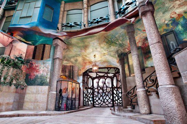 Entrada Patio Interior La Pedrera Casa Mila Gaudi Dosde Publishing 978 84 15818 33 5 20 015 00 C05
