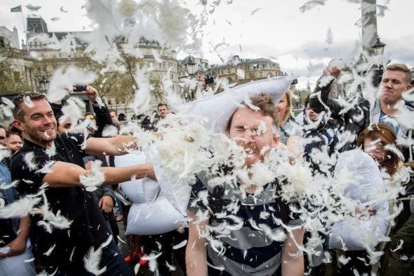 Pillow Fight 2015. Подушечный бой на Площади Каталонии.