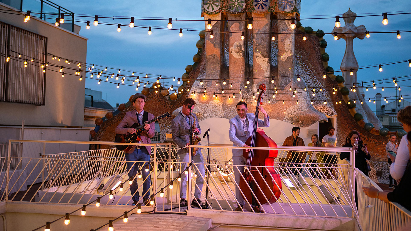 Live music on the roof of gaudi batllo happyinspain - Casa batllo nits magiques ...