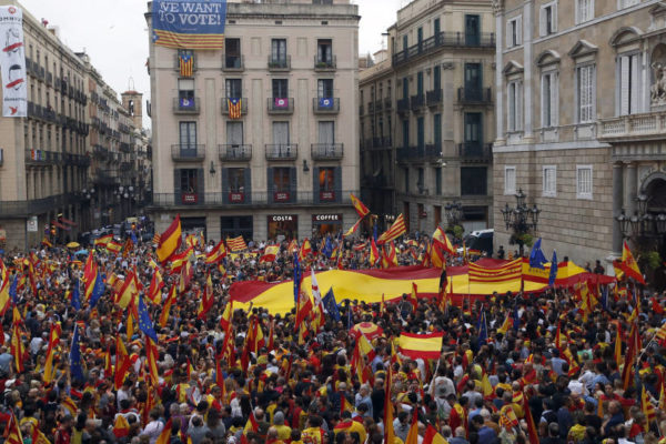 Silent Catalonia goes out and overflows Sant Jaume Puigdemont TO PRISON